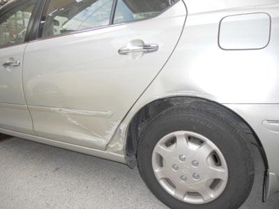 トヨタ・プレミオ ドアは交換、フェンダーは修理に